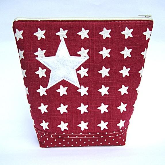 Toalettveske - med stjerne - Norge - Stor toalettveske, rød med stjerner, prikker og striper.Den store stjernen har jeg klippet ut i hvit filt og sydd på. Stoff:Stoffet med stjerner: En blanding av lin og viskose.Stoffet med prikker: 100 % bomull.Stoffet med striper: En blanding av - Norge