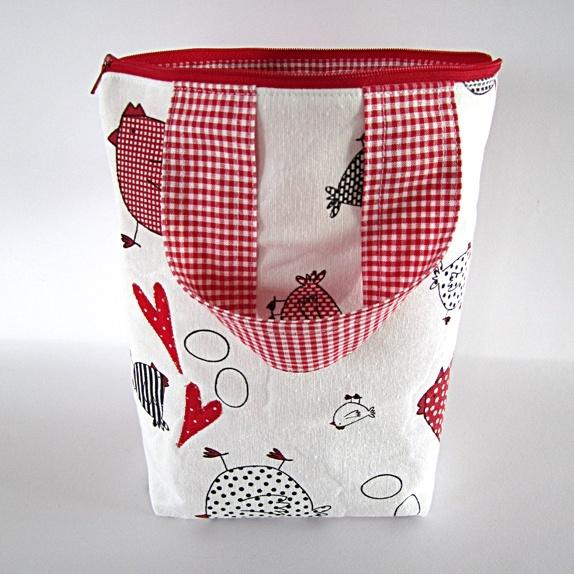 Toalettveske - høne, egg og hjerter - Norge - Stor toalettveske med høner, egg og 2 hjerter. Vesken har hank. Farge: Naturhvit og rød. Mål: Bredde: 23 cm.Høyde: 25 cm. Inni: 4 lommer. Mellom: Vatt. Stoff:En blanding av polyester og bomull. Håndlaget av Silje RykkenMine butikker på Epla: - Norge