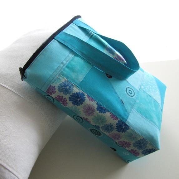 Toalettveske - turkis - Norge - Stor toalettveske sydd i lappesøm. Mange nydelige turkise fargenyanser sydd sammen. Vesken har også hank, kjekt å henge den opp, og kjekt å få den med seg. Mål: Bredde: 24 cm.Høyde: 24 cm. Inni: 5 lommer i forskjellige størrelser. Mellom:  - Norge