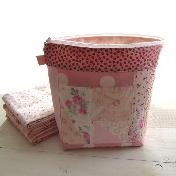 Toalettveske - rosa - Norge - Toalettveske sydd i lappesøm med vakre biter i rosa og hvit. Vesken har 2 hjerter foran. Jeg har sydd på en flipp i siden, der kan du henge noe pynt om du ønsker. Vesken er fin til annen oppbevaring også. Mål: Bredde: 24 cm.Høyde: 22 cm. Inn - Norge