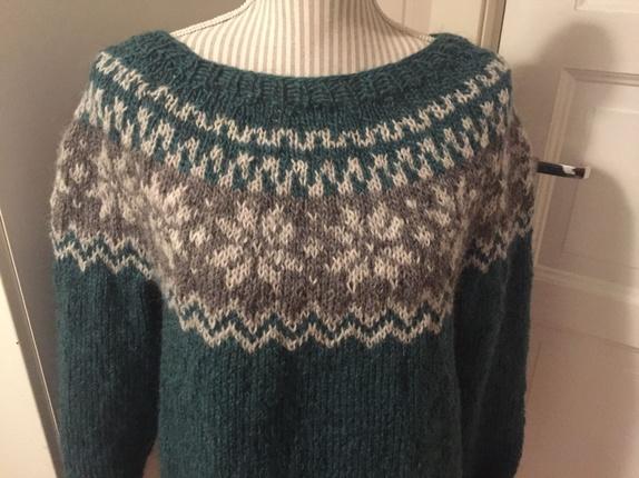 Àlafoss inspirert genser, fra Islandsk strikk - Norge - Àlafoss inspirert genser, fra Islandsk strikk, strikket i Lett Lopi 100% ull. Farger: Sjøgrønn og grå/bru og lys grå. Håndstrikket, fra Mjøndalen.Lengde 64 cmBredde 52 cmArm 48 cmStr: L - Norge