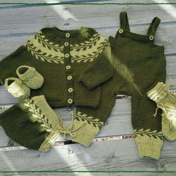 Luksus snøløv babysett (str 3 mndr) - Norge - Babysett i str 3 mndr, bestående av jakke, selebukse, lue, sokker/tøfler og votter.Alt er strikka av luksuriøse Babysilk fra Du store alpakka. Et mykt og nydelig garn bestående av 80% babyalpakka og 20% silke Sendes med sporing(kan sendes som  - Norge
