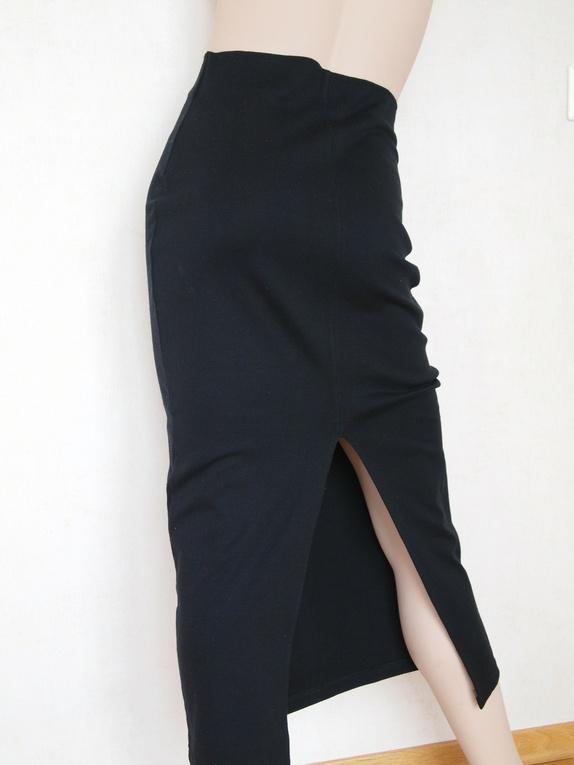 570d267c Sexy, kroppsnært, svart skjørt med en 43 cm lang splitt midt bak,  fasongklippet. Ufôret. Hel lengde: 89 cm, livvidde: 70 cm. Stoffet er  elastisk, 96% akryl ...