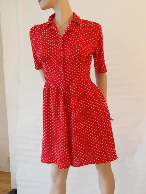 Rød kjole med hvite polkadots fra 50 tallet, str. 40