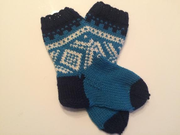 Myke marius sokker 25-26 - Norge - 40% alpakka, 20% nylon, 40% merinoull. Lengde 15 cm. OBS! Frakt inklusiv. Mitt produkt er basert på mønster designet av Unni Søiland. Det er strikket med tillatelse fra rettighetshaver. Jeg garanterer at produktet er håndstrikket i Norge. - Norge