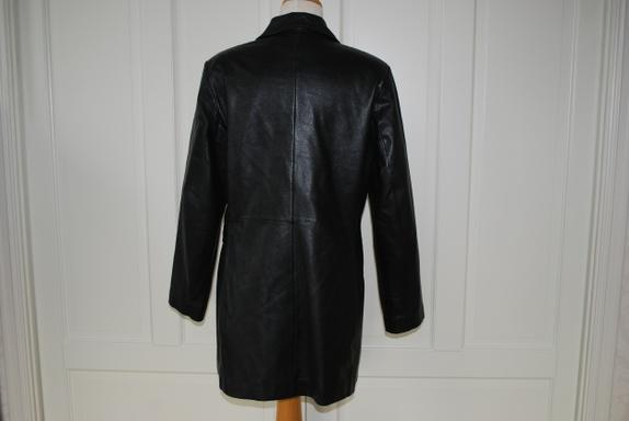 ec71ec71 Det er trangt om plassen i skapet og jeg har to nesten helt like jakker så  denne blir ikke brukt :-( Sort, lang skinnjakke/kort kåpe fra det kjente ...