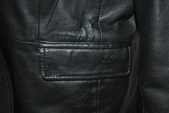 c19fea4b Det er trangt om plassen i skapet og jeg har to nesten helt like jakker så  denne blir ikke brukt :-( Sort, lang skinnjakke/kort kåpe fra det kjente ...