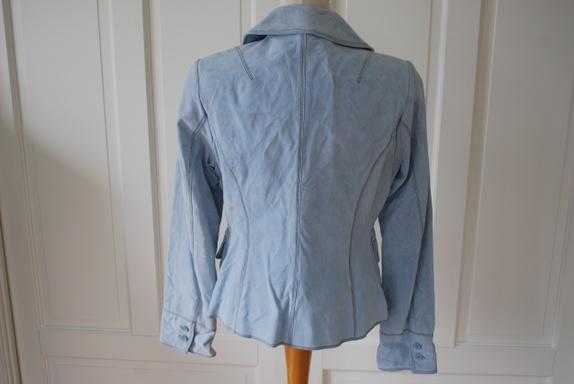 f4f6312b Lyseblå jakke i semsket skinn med brune pyntestikninger. Pent fasongsydd.  Ubrukt, men uten lapper. Har bare hengt i skapet etter et impulskjøp.