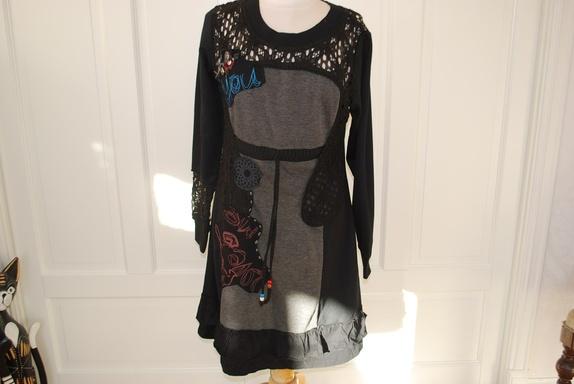 1313aca6 Artig kjole fra MAPP Jeans, Sort og grå med mange detaljer og sammensatt av  ulike stoffer. Hel og pen. Svært lite brukt.. Merket str L. KR 250,-
