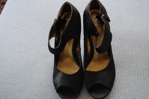 """Chilli lekre selskapssko str  38 - Norge - Nydelige """"silke-sko"""" fra Chilli. Pep toe med moderate stiletthæler. Brukt inne en gang. Selges kr 200,- - Norge"""