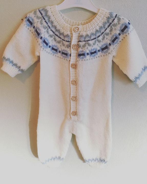 Klompelompedress til nyfødt - Norge - Mjuk og god dress str 0-3 mnd. Strikka i Drops Baby Merino.Kan også strikke lue til om ønskeleg - Norge