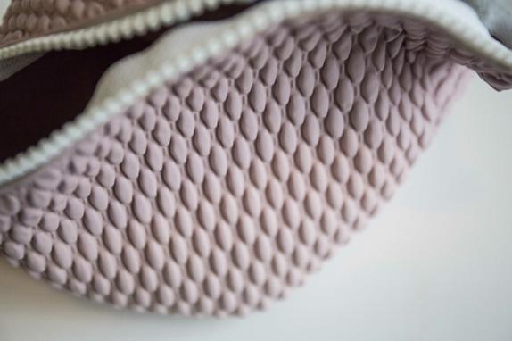 Toalettmappe - Norge - Lys lilla/rosa boblebadehette i gummimateriale som har fått et nytt liv som toalettmappe.Håndsydd med glidelås.Fin til toalettsaker eller til å frakte vått badetøy! - Norge