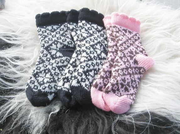 Ullsokker str. 26 - Norge - Velkommen til Strikkestugu! Sokker strikka i merino-ullgarn, sokkene er mjuke og behagelige å ha på, sitt bra på. Sokkene er i størrelse 26. Strikker dei i alle størrelsa, ta berre kontakt. Sokkene er strikka i ei liten åttebladrose mønster - Norge