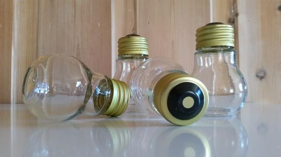 Retro glassbeholdere - Norge - Retro glassbeholdere i form av lyspærer.Trolig fra 80-tallet eller eldre. Har vært såpebeholdere. Hele og fine, med litt rust på/ i skrulokkene. StørrelseHøyde: ca. 11 cmDiameter på det bredeste: ca. 6,5 cm. Flott til bl.a. hobbybruk. Prise - Norge