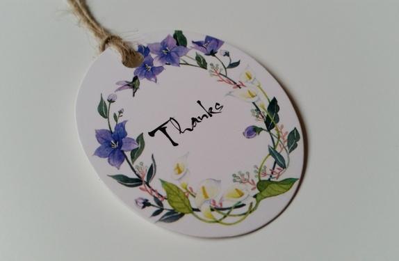"""Merkelapp """"Thanks"""" - Norge - Oval merkelapp med fint blomstermotiv og teksten """"Thanks"""". Hamptråd til oppheng følger med. Merkelappen er hvit på baksiden, dermed blir det plass til en liten hilsen hvis ønskelig. Størrelse: - Bredde på det bredeste: ca. 5 cm- Lengde: ca.  - Norge"""