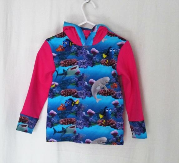 Hettegenser med Dora/Nemo  Str.86 - Norge - Deilig jerseygenser med hette.Stoffet er 92% bomull og 8% elastan som er forvasket og krympet.Vask på max 40c og unngå tørketrommel Ryggen er ensfarget frisk rosa som ermene. - Norge
