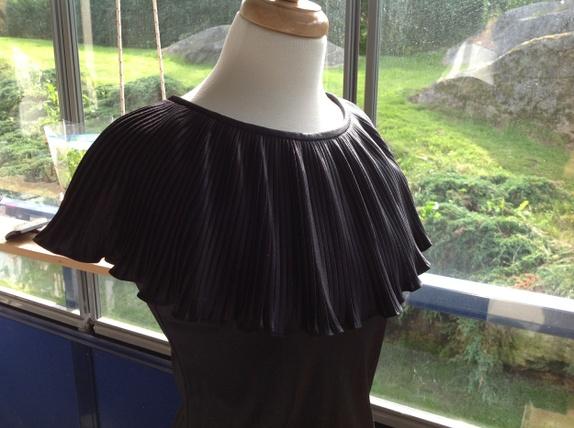 Svensk vintage selskapskjole str. 36 - Norge - En kjempevakker lang skjole i veldig god kvalitet! Kjolen er veldig stilig og elegant! Det er lekkert romantisk design på kragen og skjørtet. Stoffet er mykt og tungt. Det er en glidelås på baksiden. Den er merket med POLO OF SWEDEN Str.36 Må - Norge