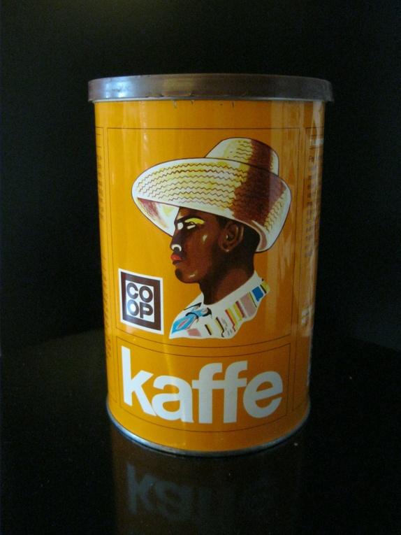 Gul COOP kaffeboks - Norge - Retro boks for kaffe fra 1970-tallet.Boksen er av metall, brunt lokk av plast.Motiv: Mann fra Mellom-AmerikaMørk gul, mot oransje. Høyde 15,5 cmØ 11 cmI god stand, fin, blank, lysende gul. - Norge