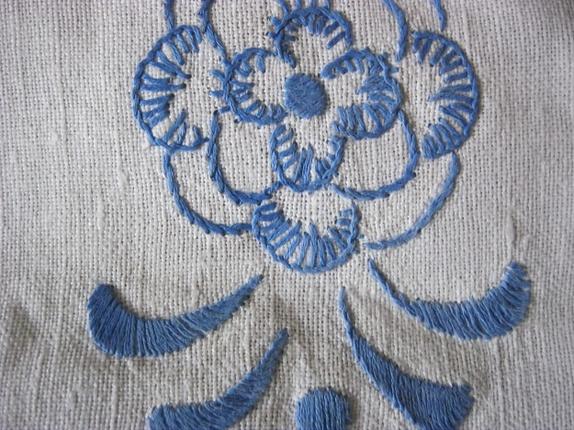 Håndbrodert duk 60 * 28 cm - Norge - Gammel brikke eller duk i hvit lin, brodert med blå blomster. Hullsøm langs kanten, og håndlaget blonde rundt kanten, er det knipling eller nuppereller?Oval form, størrelse 28 cm * 60 cm. En liten gul flekk nær den ene siden, se bilde. Veldig - Norge