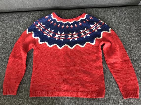 Liten skigenser - Norge - Håndstrikket genser fra 1960-tallet. Ullgenser, damegenser, ganske liten.Rød ull, tradisjonelt mønster i hvitt, rødt og blått på øvre del. Lengde fra hals 52 cmVidde ca 88 cmErme under arm 40 cmErme fra hals 67 cmTråd er reparert på et er - Norge