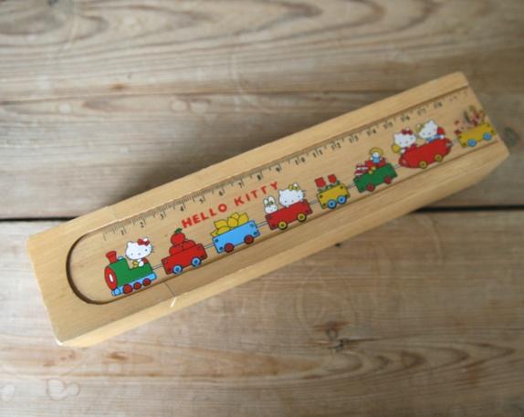 """Trepennal med Hello Kitty - Norge - Trepennal med """"Hello Kitty"""" motiv. I god stand med forventet bruksslitasje. Mål: 24x5x4 cm - Norge"""
