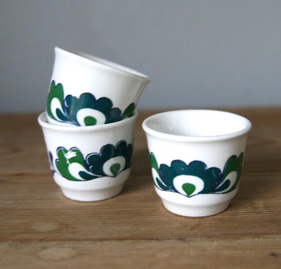 Tre fine eggeglass fra Egersund - Norge - Tre fine eggeglass fra Egersund. En produksjonsfeil i dekoren på en og et lite nagg med flekk på en annen, ellers fine. Mål: 4 cm høye - Norge