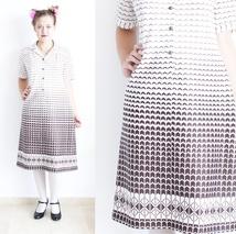 558da6eb 50% aprilSALG 70-talls minimalistisk hvit og brun kjole med skjortekrage
