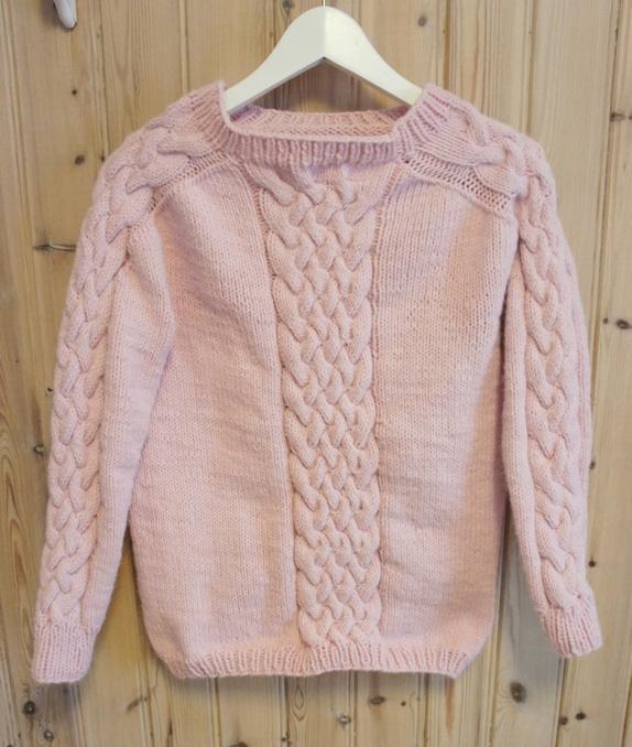 573bc880 Hjemmestrikket genser med fletter foran og på ermene. Genseren er strikket  med garn av alpaca og dralon. Størrelse: liten x-small