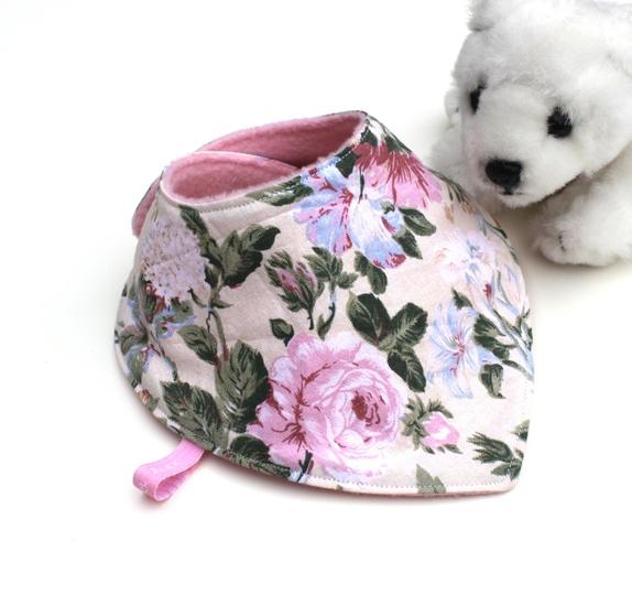 BLOMSTERSMEKKE - Norge - Søt vendbar siklesmekke sydd i bomull med blomstrete motiv, bakside i rosa fleece. Veldig fint å kunne snu smekken hvis den blir grisete foran. Str: ca 0 - 3 år Justerbar halsåpning da den leveres med dobbelt sett KAM knapper (trykknapper i pl - Norge
