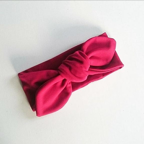 Rødt knytebånd i jerseystoff - one size - Norge - Hårbånd som knyttes med dobbelknute. Sydd i jerseystoff og passer derfor fra 4 år og oppover t.o.m voksen. Ganske god knute, og ca. 9cm bredt. - Norge