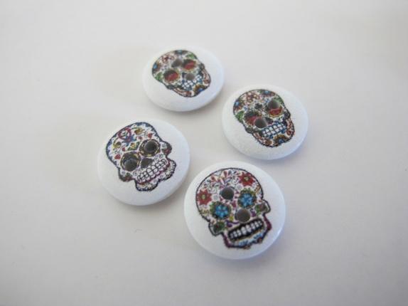 Knapper med hodeskaller - Norge - Knapper med hodeskaller Kjempefine knapper i tre med hodeskaller i flere farger Knappene er 15 mm i diameter og har to hull til festing. Kule knapper. Prisen er pr. knapp - Norge