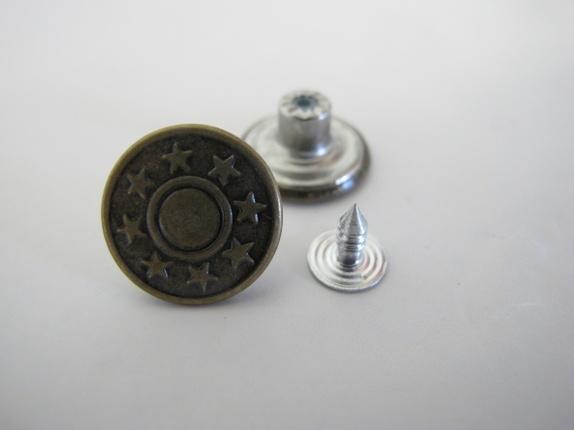 Jeansknapp - stjerne - Norge - Jeansknapp med stjerne Kjempefine knapper i bronse med stjerne.Knappen er i metall og skal skrus på bakstykket. Knappen er 18 mm Prisen er pr. knapp - Norge