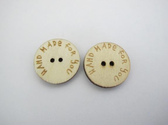 Hand made for you knapper - Norge - Hand made for you knapper Kjempefine knapper i i tre med tekst: Hand made for you. Knappene er 20 mm i diameter og har to hull til festing. Prisen er pr. knapp - Norge