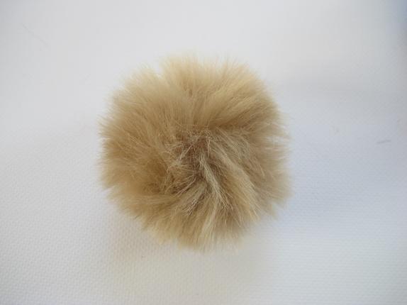Pels dusk - faux fur - beige - Norge - Fluffy dusk. Dette er en pels dusk laget av fake fur. Den er i en herlig farge og den er ca 8 cm i diameter. Dusken har en liten hempe i strikk, så den kan lett festes på en knapp, noe som er praktisk hvis man skal vaske lua/plagget den er feste - Norge
