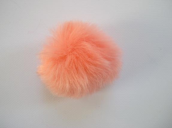 Pels dusk - faux fur - fersken - Norge - Fluffy dusk. Dette er en pels dusk laget av fake fur. Den er i en herlig farge og den er ca 8 cm i diameter. Dusken har en liten hempe i strikk, så den kan lett festes på en knapp, noe som er praktisk hvis man skal vaske lua/plagget den er feste - Norge
