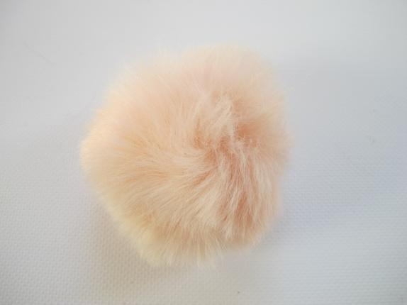Pels dusk - faux fur - Pudderrosa - Norge - Fluffy dusk. Dette er en pels dusk laget av fake fur. Den er i en herlig farge og den er ca 8 cm i diameter. Dusken har en liten hempe i strikk, så den kan lett festes på en knapp, noe som er praktisk hvis man skal vaske lua/plagget den er feste - Norge