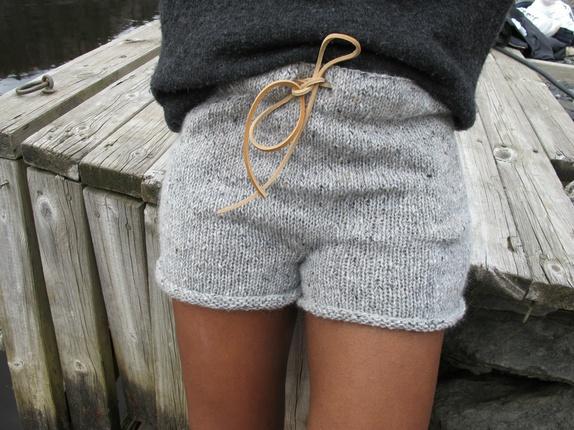 Digg shorts - str S - Norge - Digg shorts Kul shorts håndstrikket i Strikkefebers Tweed Mohair som består av 70% merinoull og 30% mohair.Den er i grått med tweed spetter. Kommer med lærsnor. Bredde: 42 cmHel lende: 30 cm - Norge