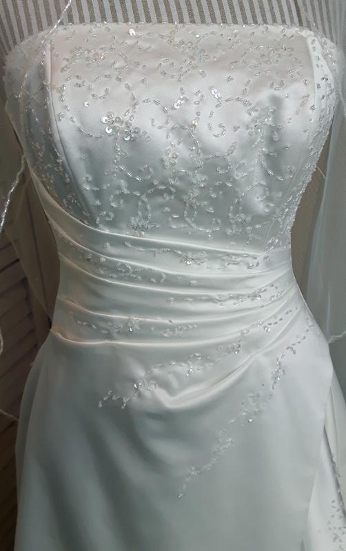 e3c8a202 Nydelig, stroppløs, hel brudekjole med perlebroderier fra Lilly.  Utstillingsmodell, kun brukt på moteoppvisninger et par ganger.