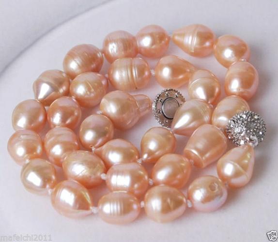Drop-drop - Norge - Søtt rosa kjede.Innkjøpt fra Østen (ikke knyttet av meg).Store Acoya sydhavs-perler (saltvannsperler).Pelenes størrelse: 11-13 mm Kjedets lengde: 45,5 cmLås: Sølvbelagt magnet kulelås med krystaller. - Norge