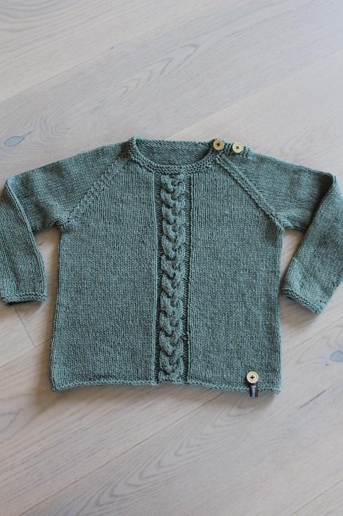 9703e05c Støvet grøn genser med flette på forstykket. Genseren er strikket i Line  fra Sandnes Garn. Det består av 53% bomull, 14% lin og 33% viscose.