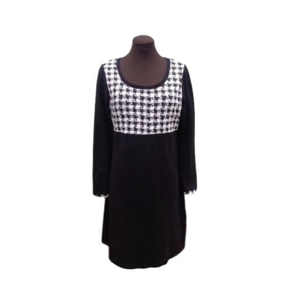 Jerseykjole - Norge - Kjolen er sydd i jersey. Overdelen av en lettere type enn skjørtet. Hel lengde 99 cm,bredde under ermene er 52 cm og lengden på ermene er 47 cm.Str L/42.Finvask 30 grader. Ikke tørketrommel. kjole kjoler sort hvit rutet ruter jersey kjolesalong - Norge