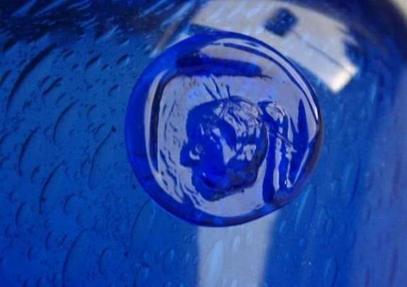 Erik Höglund- Boda Sverige- signert vase - Norge - Vakker blå signert vase- i meget bra stand- design Erik Höglund Boda Sverige- gravert under H792. Meget dekorativ med masse bobler i glasset-H= 18 cm... Ved flere kjøp- porto aldri over kr. 155,- (Norgespakke med sporing)- Kjøpte gjenstander k - Norge