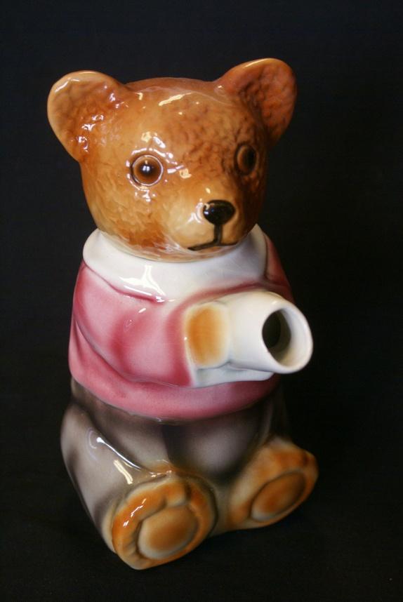 Vakker retro tekanne- bamse- teddybjørn - Norge - Vakker retro tekanne formet som en teddybjørn- antagelig fra 1970-tallet og Tyskland. I meget bra stand, MEN svakt krakelert på utsiden.H= 19 cm...Vekt- 500gr. Ved flere kjøp- porto aldri over kr. 155,- (Norgespakke med sporing)- Kjøpte gjenst - Norge