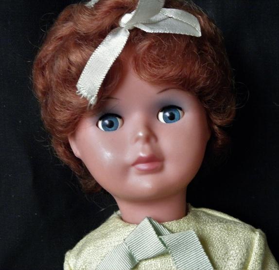 Vakker vintage dukke med originale klær - Norge - Vakker vintage dukke med originale klær- i meget bra stand. Med soveøyne, bevegelige bein, armer og hode.Merket med sjøhest + Made in Italy.H= 40 cm. Ved flere kjøp- porto aldri over kr. 155,- Norgespakke med sporing- opp til 10 kilo.Kjøpte g - Norge