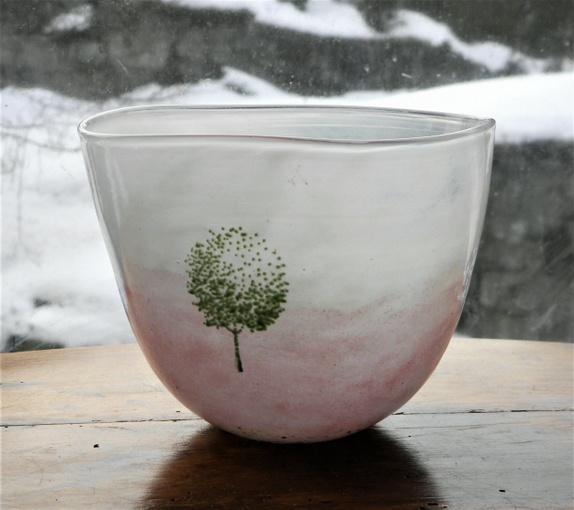 Kosta Boda- Engman- Stor vase - Norge - Vakker og dekorativ stor vase i kunstglass- i meget bra stand. Signert under i glasset.Boda- 58638- K. Engman.H= 14,5 cm.. Dia= 18 cm. Ved flere kjøp- porto aldri over kr. 155,- Norgespakke med sporing- opp til 10 kilo. Kjøpte gjenstander kan he - Norge