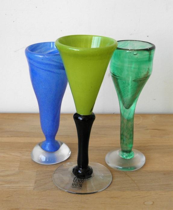 Tre drammeglass- kunstglass - Norge - Tre drammeglass i kunstglass- alle tre i meget bra stand. Alle tre signert. Blått og grønt glass- Lars Kosta 93- Glasset med svart stett- GlassHytta.H= 13 cm- 15 cm. Ved flere kjøp- porto aldri over kr. 155,- Norgespakke med sporing- opp til 10 - Norge