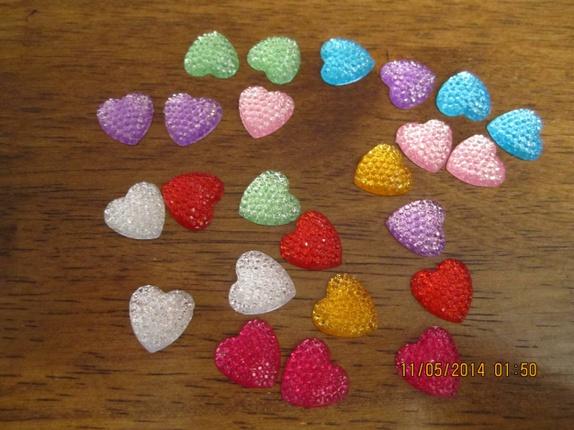 40 flotte hjerter i resin, mix! - Norge - 40 hjerter til å pynte opp dine kort eller scrapbook! De har flat bakside. Festes med en liten dråpe lim! Laget i akryl, 13 mm store! tilfeldig mix av farger - Norge