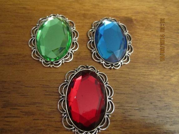 1 stk Cabochon Cameo med perle! - Norge - Prisen er pr stk, si i fra hvilken farge du vil ha, har 11 stk med grønn perle, 9 stk med rød perle, 11 stk med blå perle. 46mm x 35mm , tykkelse 7mm Hull:1mm Lagd av metall med perle av akryl Flott til smykkelaging eller scrapbooking! - Norge