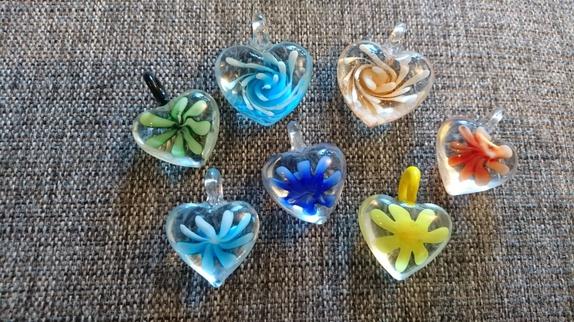 7 glassanheng, hjerter! - Norge - 2 store + 5 små hjerter i glass ca 30x35mm på de minste hjertene, ca 40x42 mm på de store hjertene - Norge