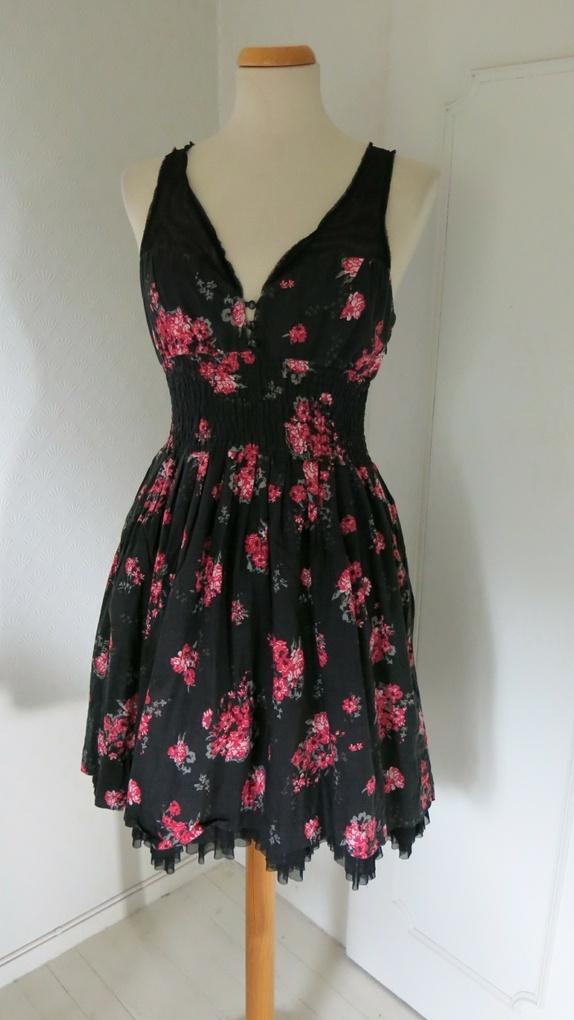 Svart pin up kjole med roser
